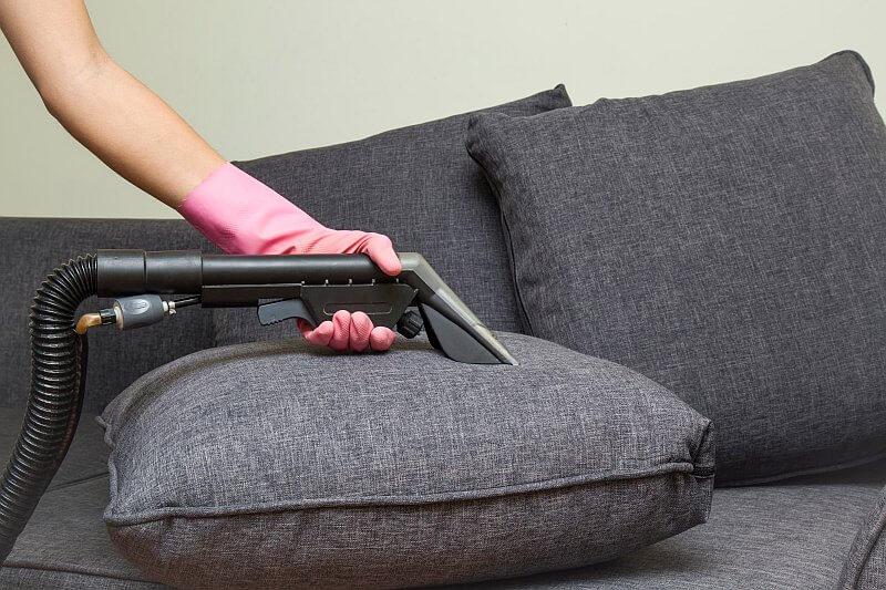 Sohvan pesu tekstiilipesurilla