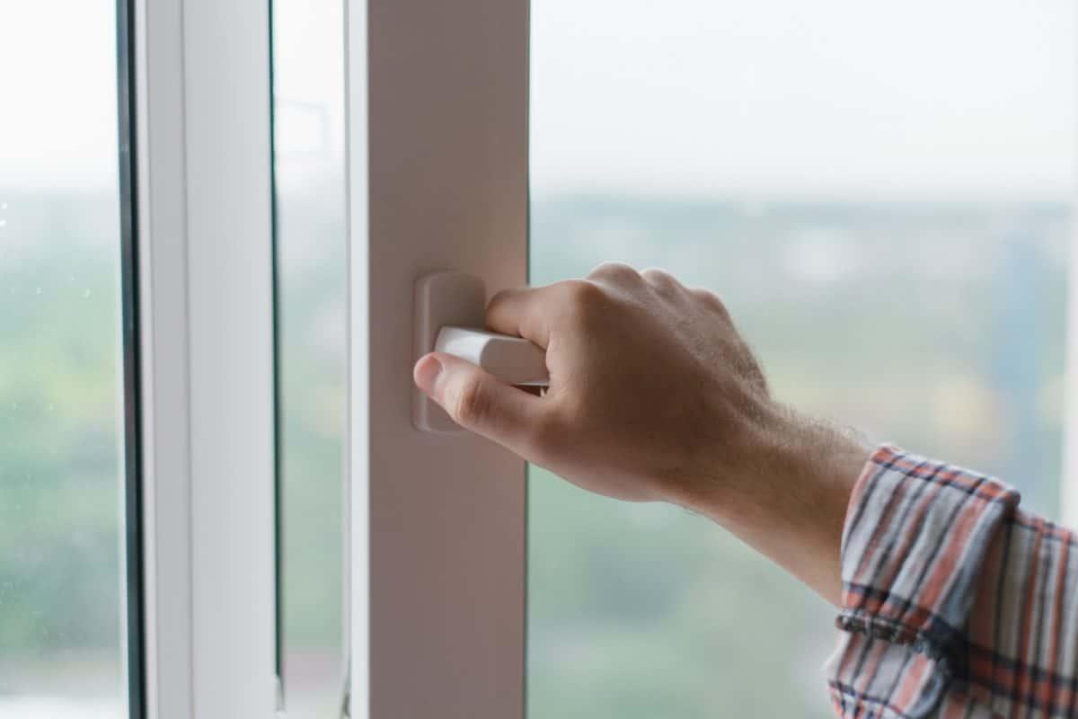 Ikkunan ja oven korjaus sekä tiivistys